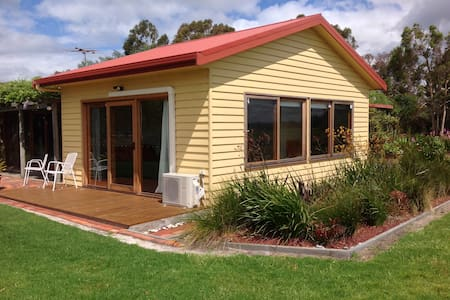 Self contained room/ gorgeous views - Port Albert - House
