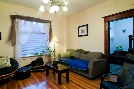 Home Comforts Near Downtown - House