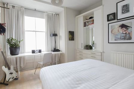 Bright, airy room in Islington pad