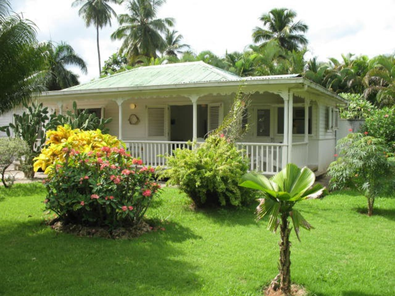Caribbean villa in tropical parc. Gated Community. Close to every thing. No car needed. Free WiFi