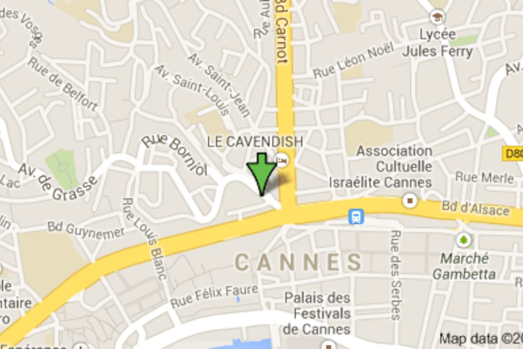 The location on the  Airbnb map is not excact, the apartment is at 7 Avenue de Grasse, just behind the central police station in Cannes has really 5 minutes walk from the Congress Palais.