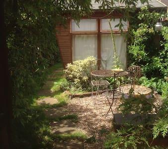 3 bed Victorian terrace with garden & summerhouse - Rumah