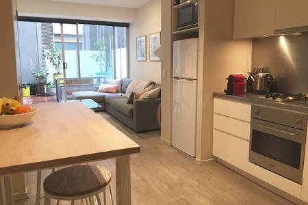 Large, light filled bedroom- modern 2BR apartment - East Melbourne - Apartamento