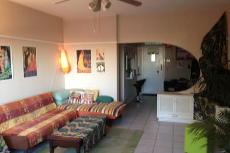 This colourful and comfy flat with secure parking and panoramic views is centrally located in the hip suburb off Glenwood, walking distance (7-10min) to trendy coffee shops/restaurants/bars/shopping centres/art galleries/parks. 5km/10min drive from the central Durban beachfront. Easy access to highways and main roads.