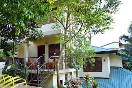 Yenrich Tourist Inn - Peradeniya - Bed & Breakfast