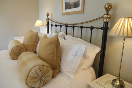 Luxury farmhouse bed & breakfast with sea views - Bed & Breakfast