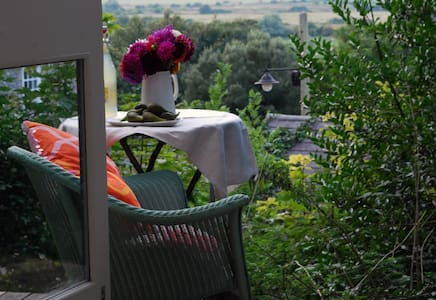 Private garden studio hideaway on the South Downs - Hytte