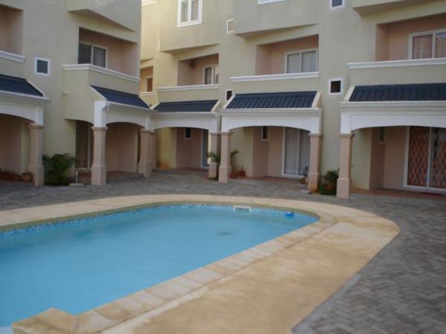 Triplex avec piscine gardiennage maisons louer for Campement avec piscine a louer flic en flac