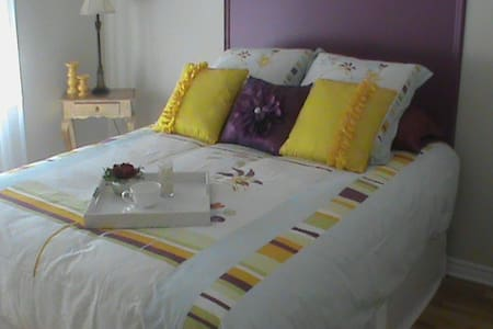 Petit Bonheur - 1 room, queen bed & full bathroom - Saint-Bruno-de-Montarville - Stadswoning