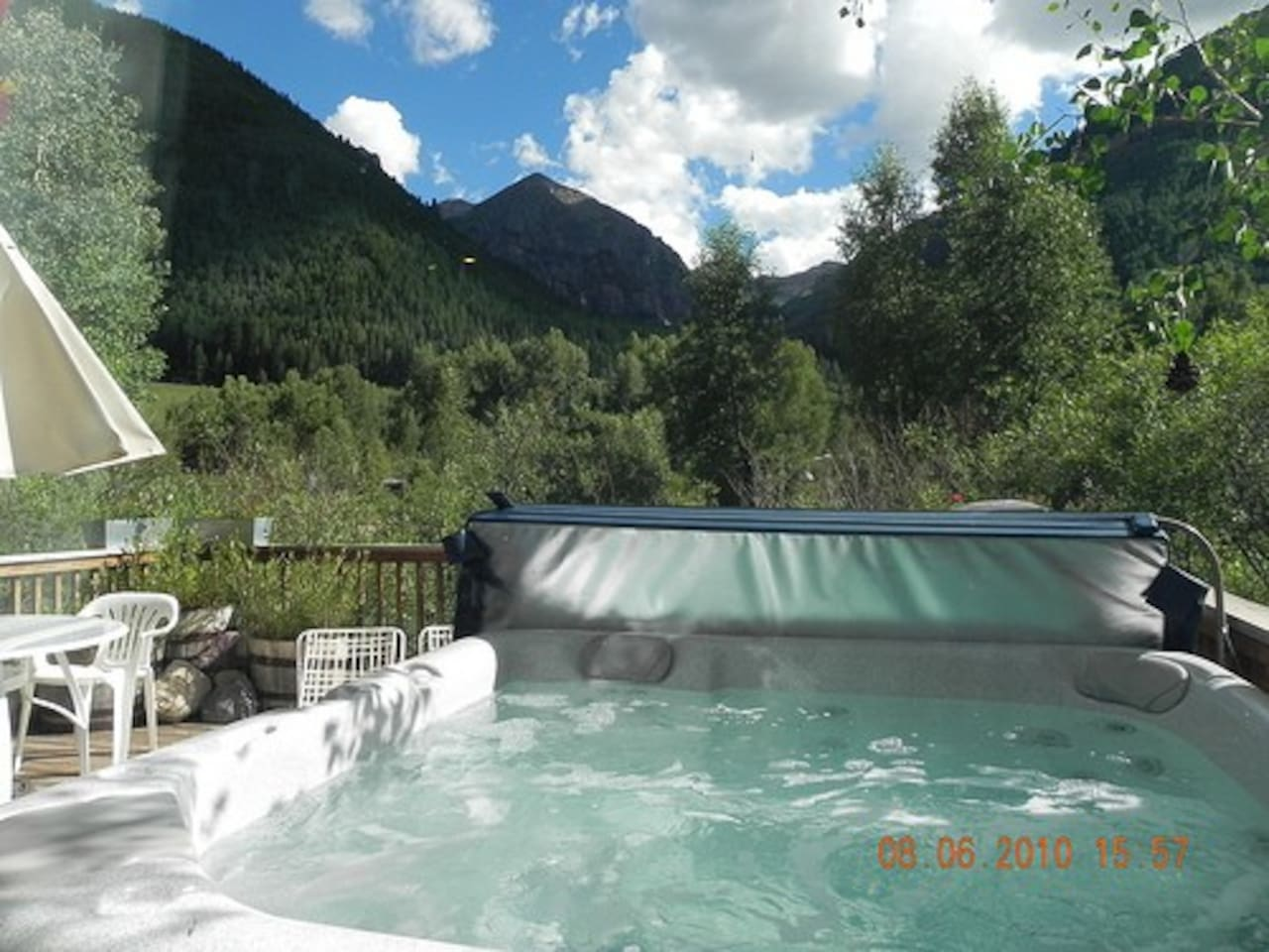 Spa views to Town Park and Bear Creek...a 5 minute walk.
