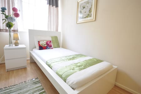 COSY ROOM FOR 1 IN LIMEHOUSE.(WE-5)