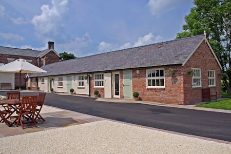 Luxury barn conversion near Wrexham - Rumah