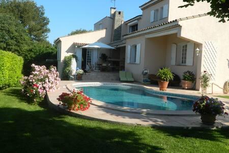 jolie villa Provençale avec piscine - House