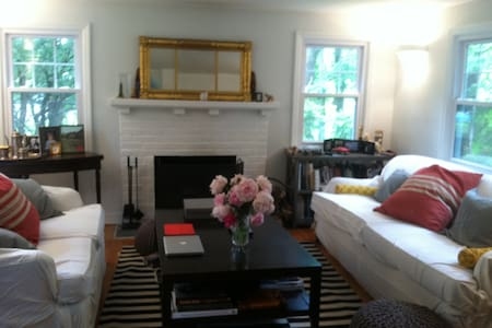 Chic and Cozy 2BD 1920's Cottage - Chappaqua - Casa