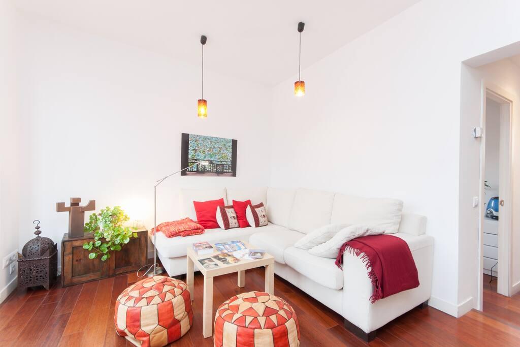 Spacious and very bright living area. Salón muy luminoso y amplio.