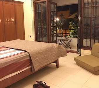 Spacious bedroom w/ balcony. - Koramangala first block - House