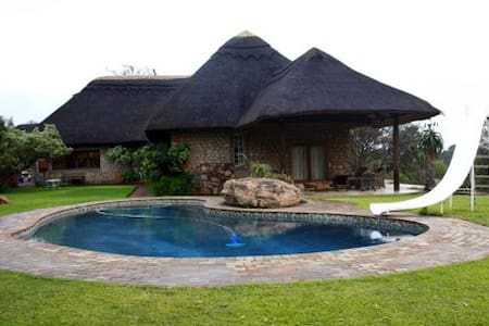 Luxury thatch home with bush view - Villa