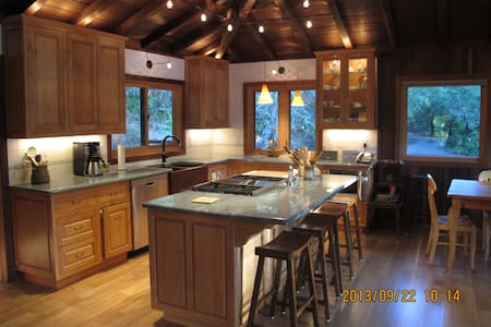 Country Redwood Masterpiece - Haus