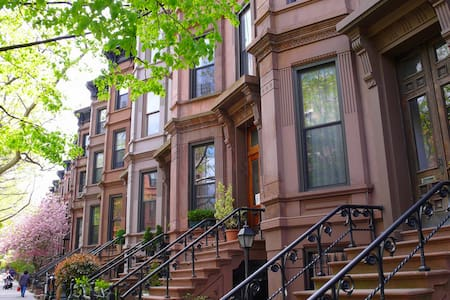 Pin-drop quiet apartment on top floor of brownstone in heart of Park Slope's gorgeous landmarked district. Anything you could want/ need only blocks away (bars, restaurants, shopping, yoga, etc). Very safe. A quick walk to 7 different train stations.