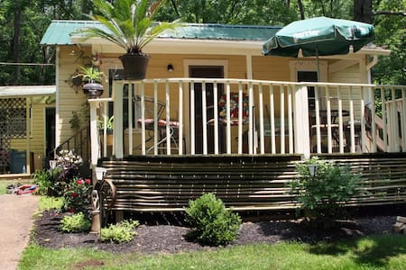3br cottage in the woods, minutes from Uptown - Athén