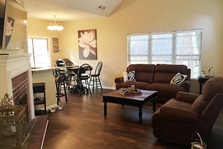 *New* PC home Roommate/kid/pet friendly Walk2Food! - Ház