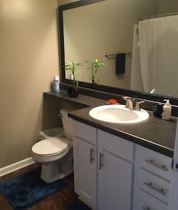 Large bedroom w/king bed & bath - Lägenhet