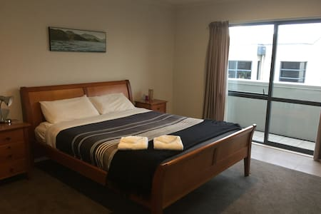 Spacious room with private bathroom - Auckland