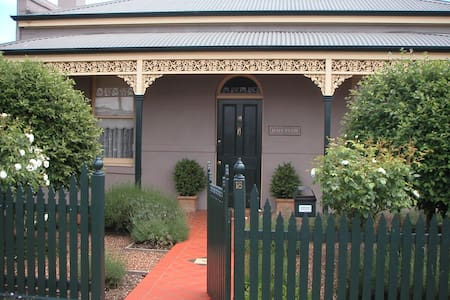 Renovated Central Victorian Cottage - Haus