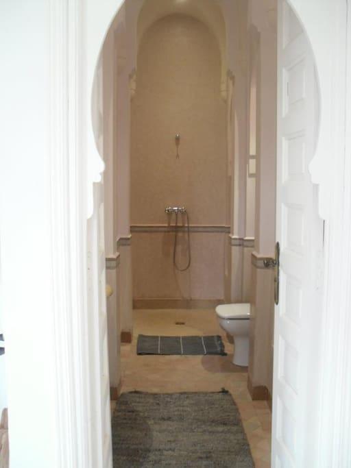 salle de douche à l'italienne de la suite 2