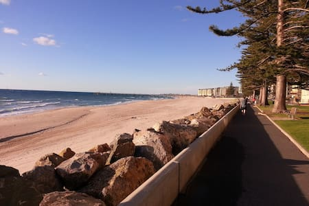Glenelg apartment 200m from beach - Leilighet