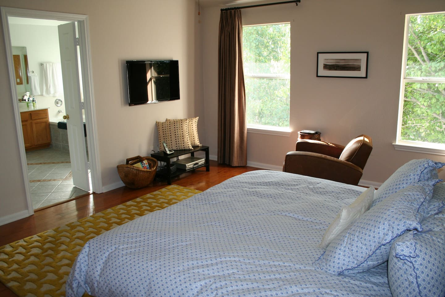 Large ensuite master bedroom with California King size bed, sitting area and premium cable HDTV.