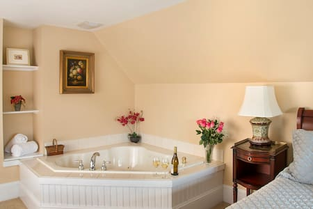 Glynn House:Jefferson Deluxe Suite - Bed & Breakfast