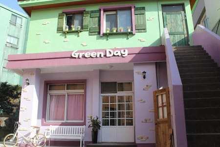 10mins airport. 4bed female dorm - Bed & Breakfast