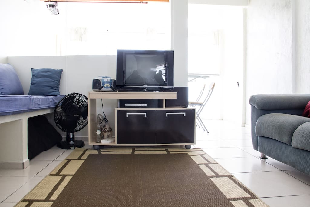 Sala ampla e arejada, com TV e DVD.