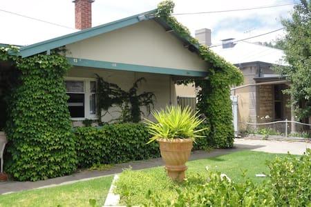 West Side Bungalow  - Rumah