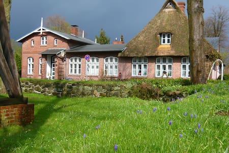 Denkmalgeschützte Alte Dorfschule - House