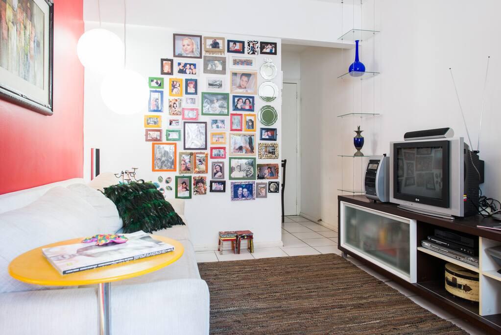 visão da porta de entrada do apartamento à direita