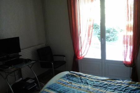 Chambres avec terrasse et jardin arboré - Saintes - House