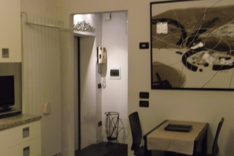 ingresso, parte del piano cucina e tavolo