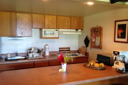 A stroll to beach from this studio - Maunaloa