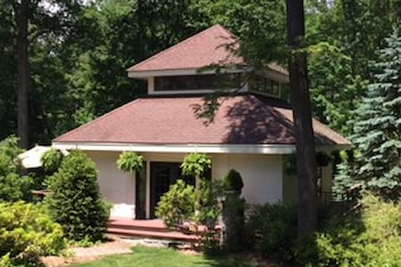 SECLUDED GETAWAY IN POUND RIDGE IN LAKE COMMUNITY - Pound Ridge - Andere