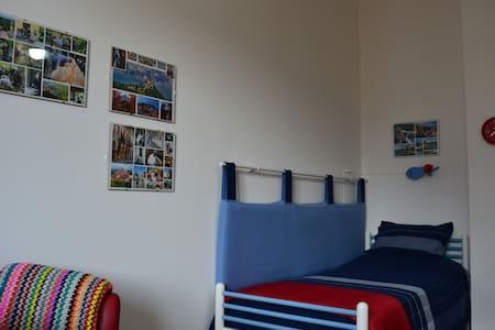 Una stanza accogliente in centro di Cuneo. - Apartemen