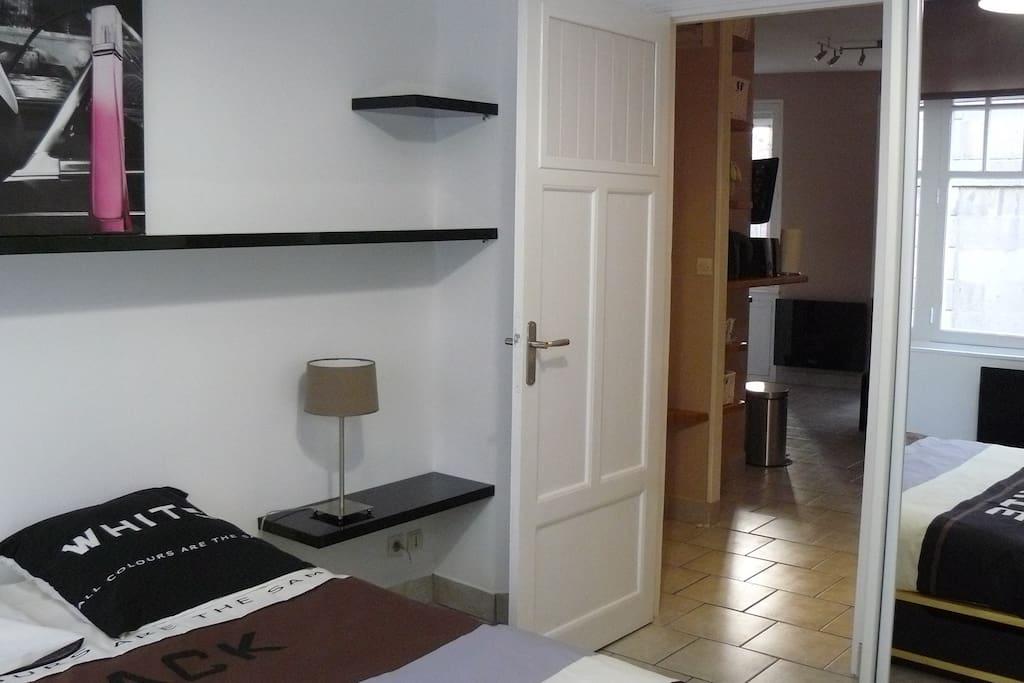 La chambre avec de nombreux rangements (armoire + rangements sous le lit)
