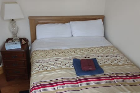 Cozy double bedroom with brand new double bed - Hus