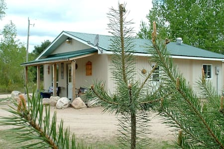 Black's Guest House/Near Algonquin Park-sleeps 5 - South River - Kisház