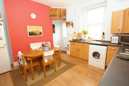 Private room in centrally located comfortable home - Plymouth - House