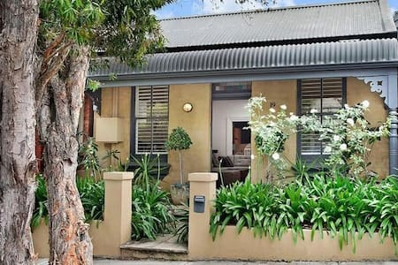 Gorgeous Cottage in Chic Leichhardt - House
