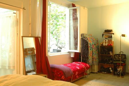 Room in a house dating from 1910, with GARDEN et BBQ ! Situated in the trendy and pleasant neighbourhood of Saint-Gilles, 15 min away from the center ! Shops, bars, restaurants and transports you need nearby !