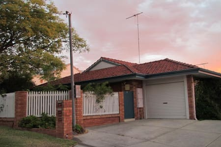 Fully air cond home in quiet street. 4kms to Fremantle, 1km to River, 5kms to Beach. Offers 3 brms (2 x Queen; 1 trio bunk).  Shady, front garden and rear courtyard with outdoor dining and BBQ. Bamboo floorboards throughout. A new large TV & NETFLIX