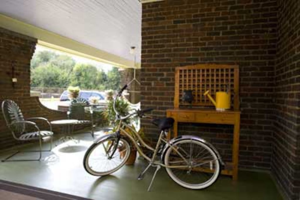 We have several complimentary cruiser bicycles available for touring the surrounding Fourth and Gill and Old North Knoxville neighborhoods.